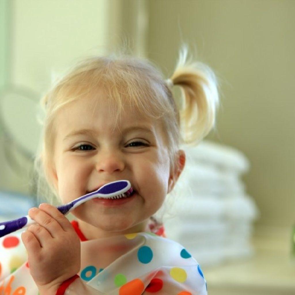 Parinkime vaikui geriausias dantų priežiūros priemones